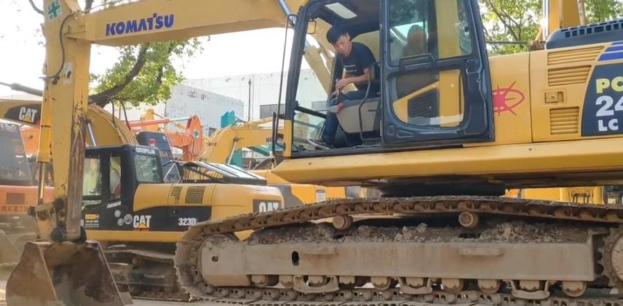 小伙子喜提二手小松240挖掘機,這技術上板車刷刷的