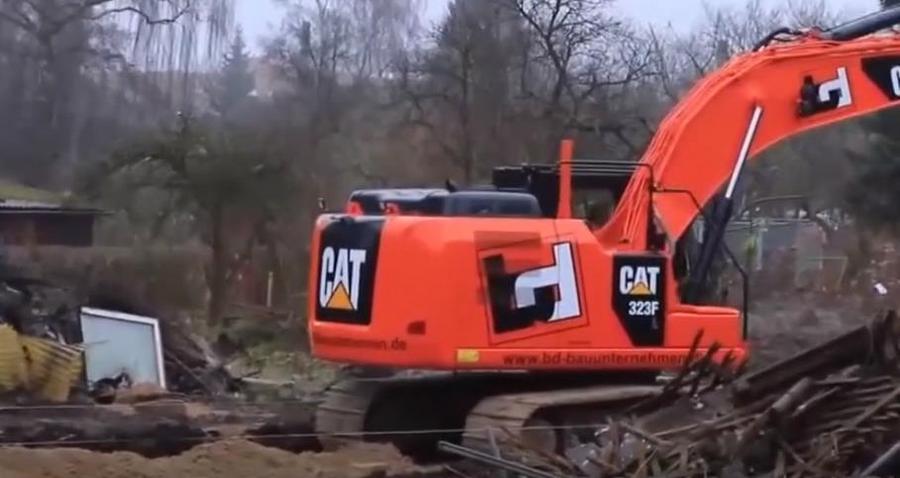 你沒看錯,這臺紅色的挖掘機,竟然是卡特,還蠻好看