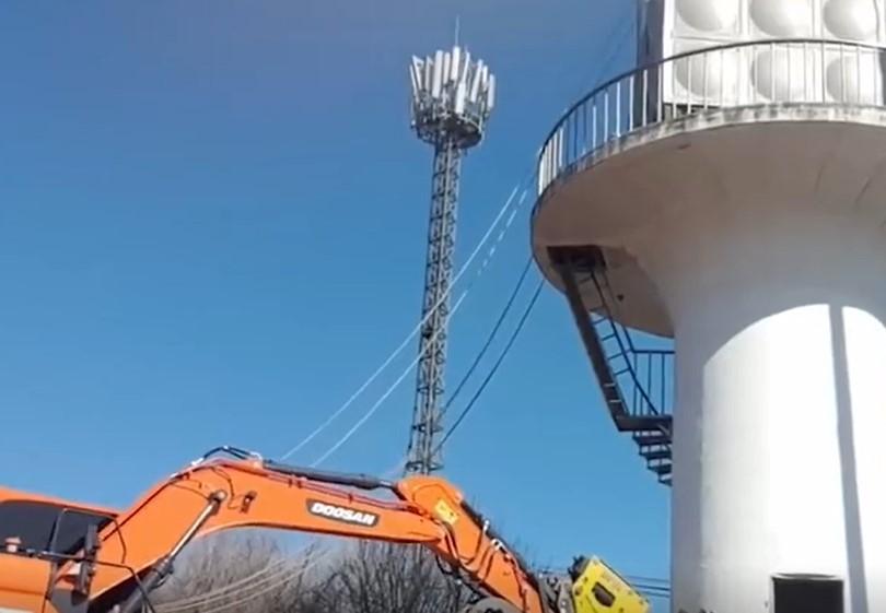 破壞力超強的工程機械設備!不到一會,水塔就倒塌了
