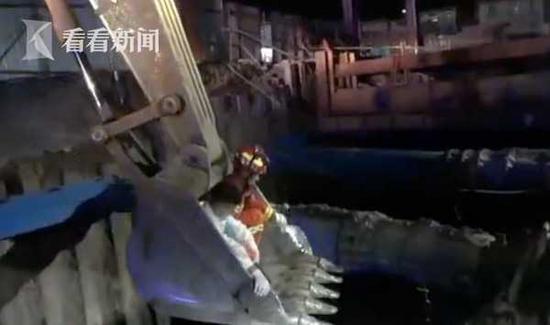 """男子為抄近路墜入7米深坑 挖掘機伸""""長臂""""救援"""