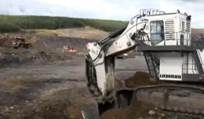 巨無霸挖掘機裝土,大卡車拉土,終于找到這個視頻了