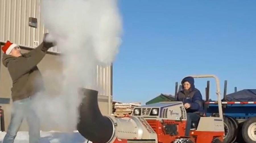 這機械好厲害, 馬路上的積雪和枯葉瞬間被清理干凈