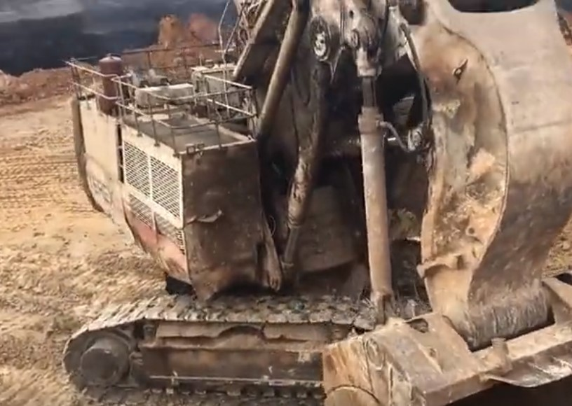 这么大的挖掘机一小时得烧多少油啊?