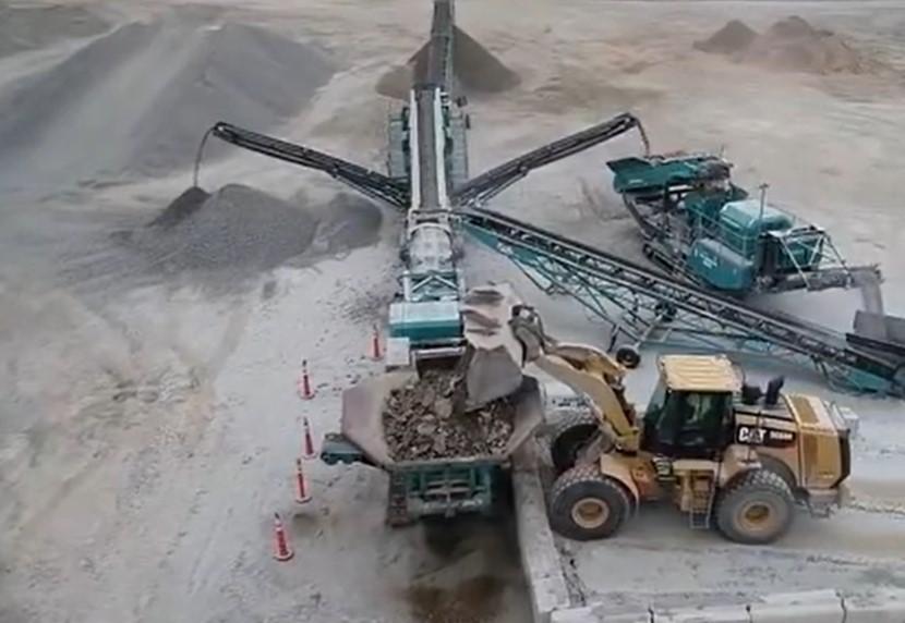 山上刚开挖的石头,直接加工成石料运走,这机械简直无坚不摧