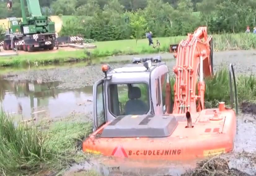 大型吊车救援落水日立挖掘机,实拍这场花费10几万的救援!