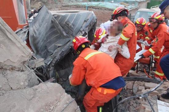 紧急救援!西宁一工地楼板塌落,挖掘机司机被困