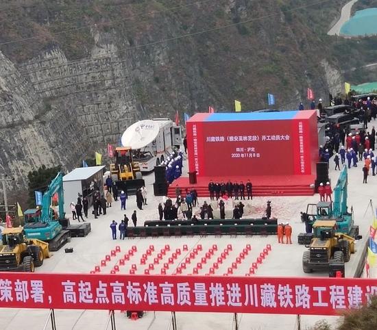 山河智能挖掘機助力川藏鐵路建設