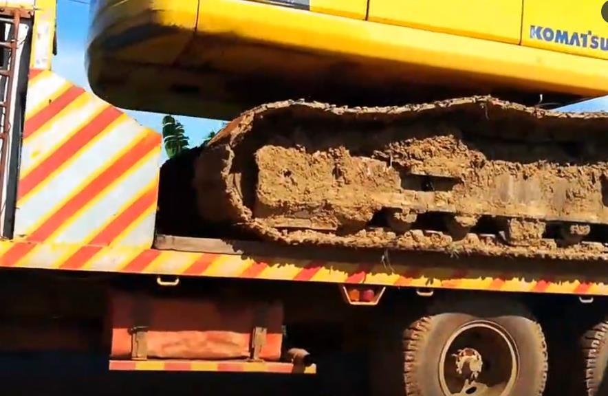 板車運輸挖掘機,看看小松PC200挖機如何下車的
