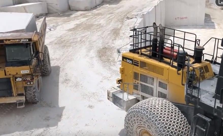 工程車系列 小松WA900輪式裝載機在CAT775E自卸車上裝載大理石