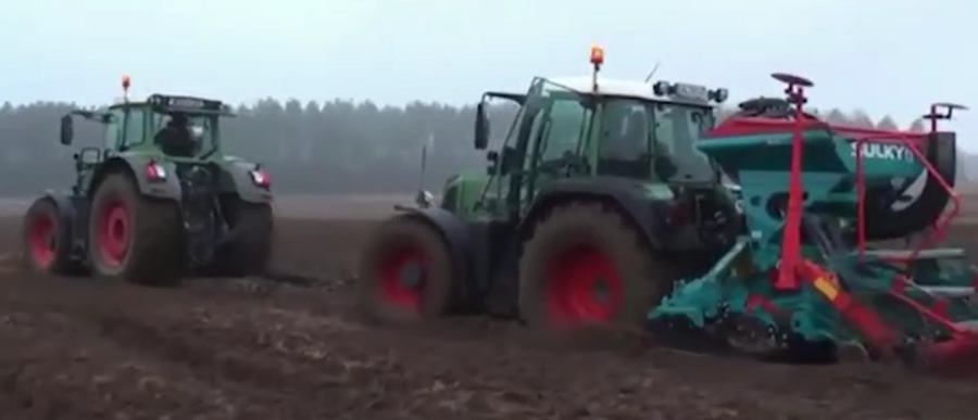 巨型拖垃機陷入泥坑救援