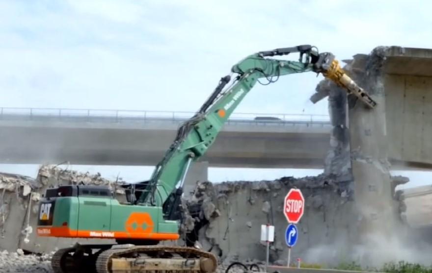 高架桥拆卸工程,各种各样的挖掘机和液压钳齐上阵!