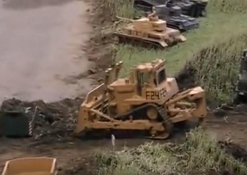 遙控軍用工程挖掘機,機械模型,工作起來太逼真了!
