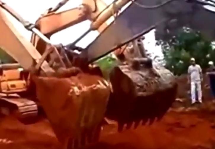 挖掘機炫技合集,這樣玩你見過嗎?