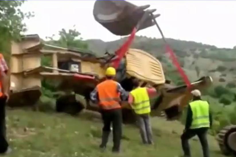 一斗顶三辆普通铲车的重型工程机械事故