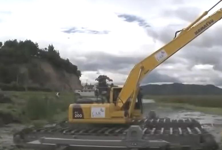 超长臂!水陆挖掘机水里工作表演视频