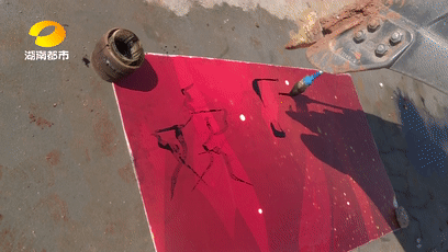 長沙:一學校師生編排魔性挖掘機舞蹈視頻,在網絡上爆紅