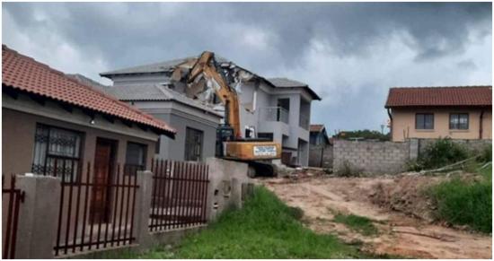 【拆樓】男子剛給女友建完別墅對方就提出分手,氣得直接找挖掘機將別墅拆了