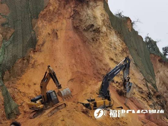 緊急!一工地山體坍塌,挖掘機駕駛員被埋……