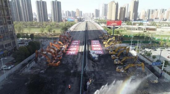 場面超震撼!50臺挖掘機同時作業拆除合肥金寨南路橋