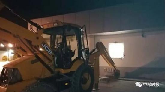 太猖狂了!希臘劫匪開挖掘機搶劫超市