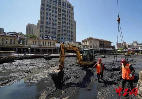 青島市李滄挖掘機、吊車齊上陣河清淤