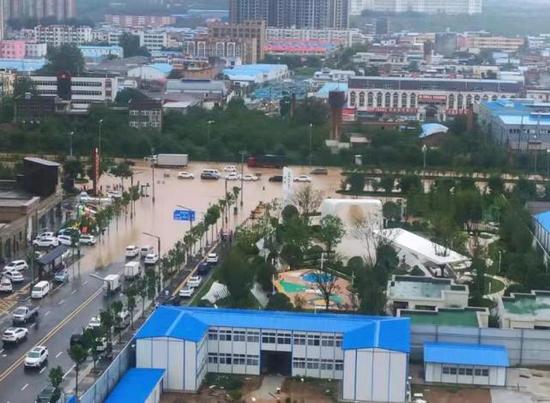 郑州暴雨围城,挖掘机司机吐槽:冒雨拖14辆车挣630元被批不地道
