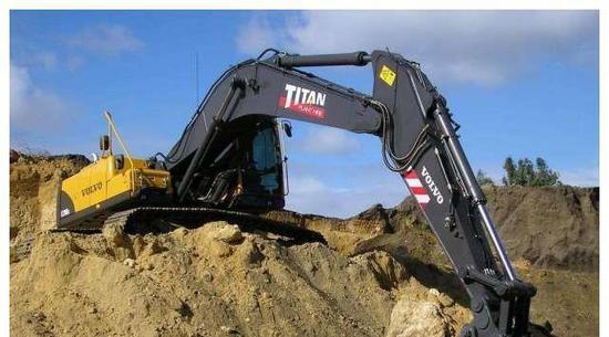 全球最大的挖掘机公司诞生,一年卖出了9万台,老板身家突破千亿!