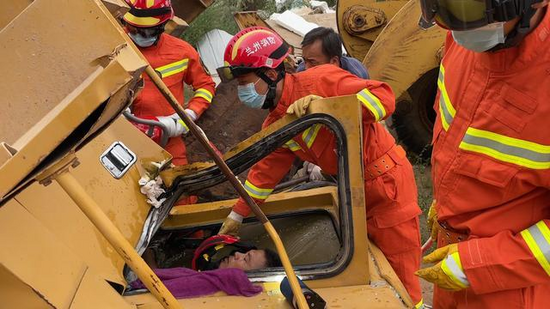 裝載機側翻駕駛員被困 蘭州消防緊急救援