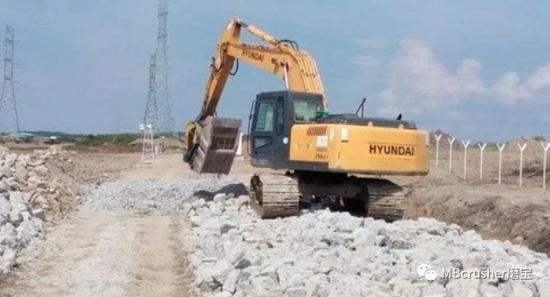意大利MB Crusher将挖掘机变成破碎机 在公路施工现场自主回收备料!