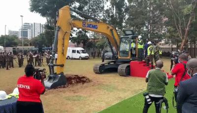 徐工挖掘機有多火?肯尼亞總統親自駕駛!