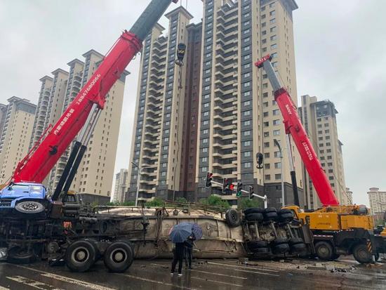 赤峰百噸水泥罐車側翻,吊裝人9小時緊急救援