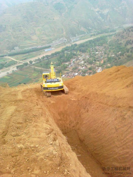 '神钢350 柳工925'现在的工作天然气管道开挖