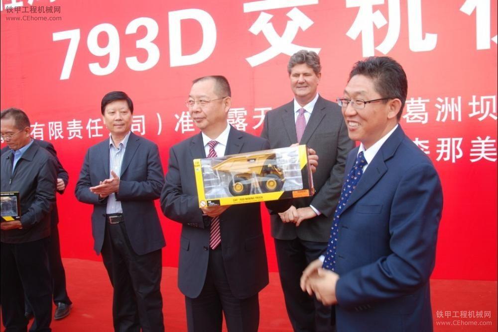 首批Cat®793D 220吨大型矿用卡车新疆交付使用