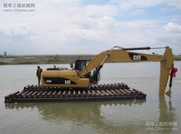 卡特彼勒水陆两用型挖掘机