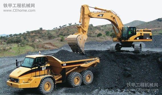 卡特大挖配合铰接式卡车工作