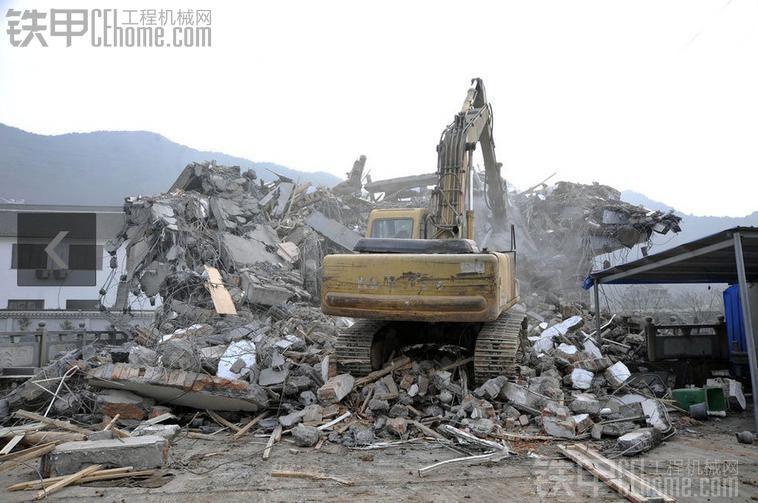 双机合作:拆除一栋建在桥上的房子