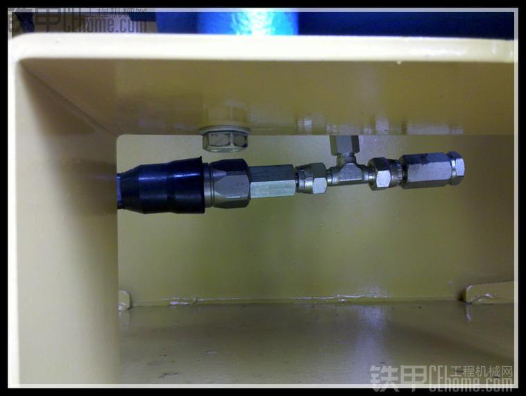 图中与压力开关相连的是一个测压接头,可以检查转向压力,便于进行日常