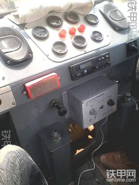 胶轮压路机终于摆脱人工涂抹油了
