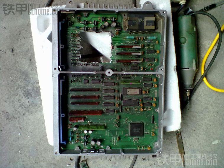 2、一例日立ZX-1电脑板油门间歇性失调 昆明一朋友发来一块日立ZX板,此板通病为油门控制电路部分故障,尤其是上下臂三极管J380跟D1594很容易损坏,因为它很容易坏,并且经常坏同样的部位,所谓久病成良医,这不,非常有趣的是,很多老板知道板子坏了,自己就跑去买管子直接换掉,这类老板又属于鬼精灵类的老板,只可惜,这毕竟还是个概率问题,很多时候,即使换上去还是会烧掉,因为头痛医头,脚痛医脚的修理风格对很多病是不实用的,比如这块板的问题就出在脉宽调制部分,正常情况下脉宽信号的占空比是控制在一个恒定的值,也就是