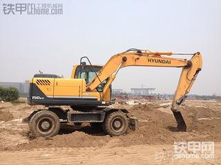工地上同时到了两台轮挖,两台啊亲。快来看大图~~