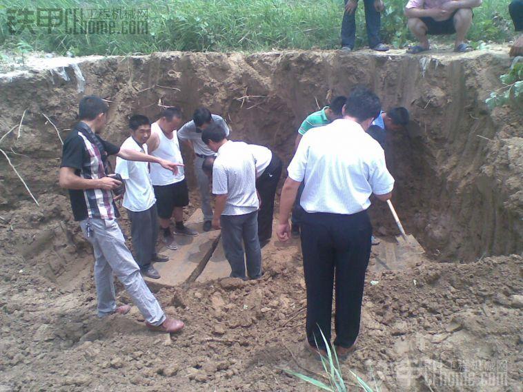 我们村里的古墓碑昨天挖出来了