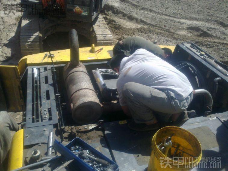 住友SH350A5挖掘机安装发动机过程