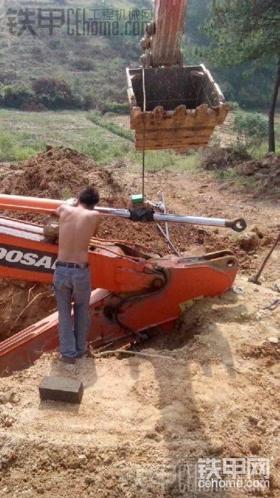 这是大师兄开的挖机我今天开着来帮忙