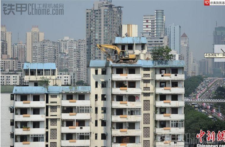 猜猜这挖机怎么到十几层楼高的房顶?