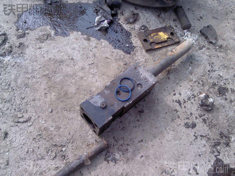 液压破碎锤换油封过程