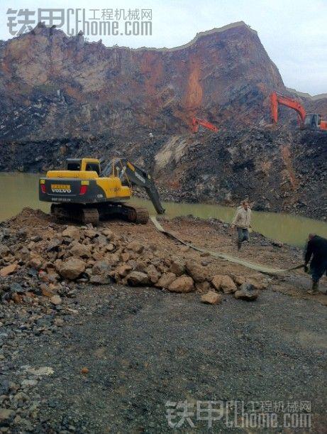 下暴雨了,开沃尔沃车去山里帮人排水