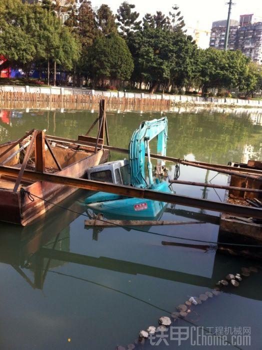 来了两艘装木桩的船架两边增加挖机的浮力