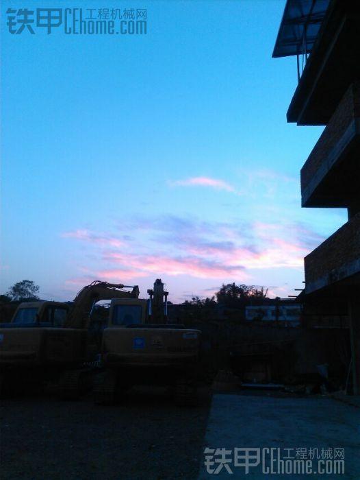夕阳西下,挖机家中放。