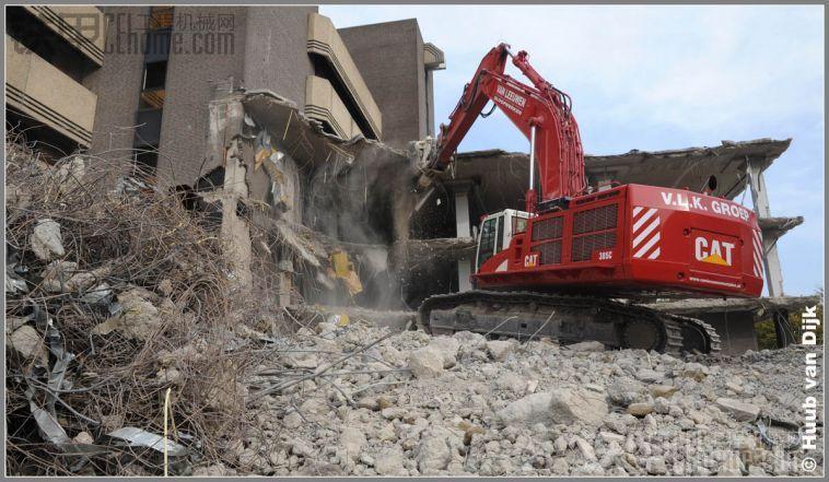 看看国外拆房子,不需要人力,几台挖机搞掂