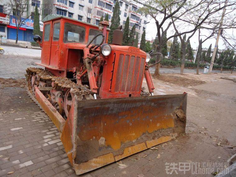 实拍工程机械之----古老的东方红链轮推土机